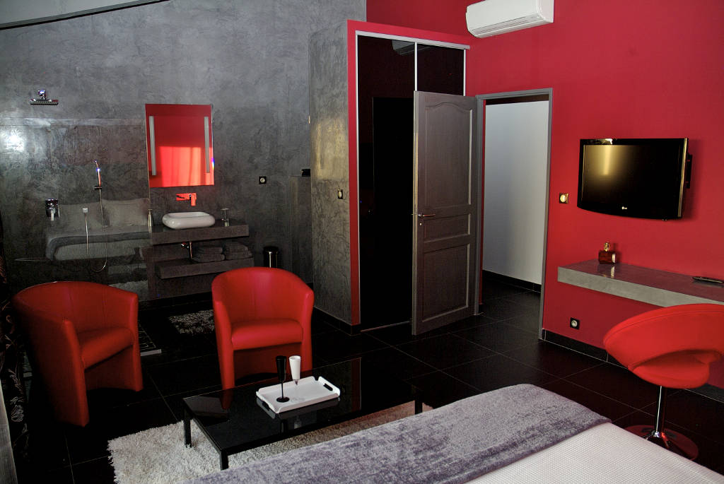 Chambre calla une jolie chambre d 39 h tes spacieuse et for Salon ambiance chaleureuse